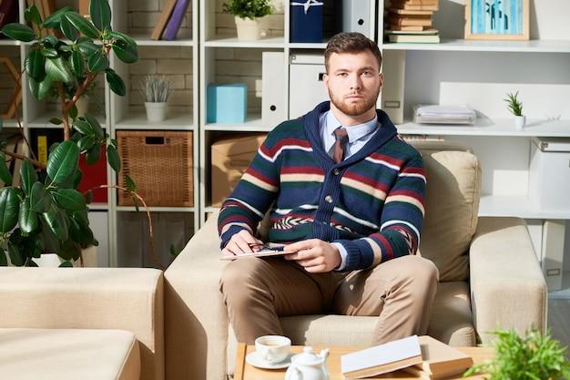 Jeune psychologue assis sur son fauteuil