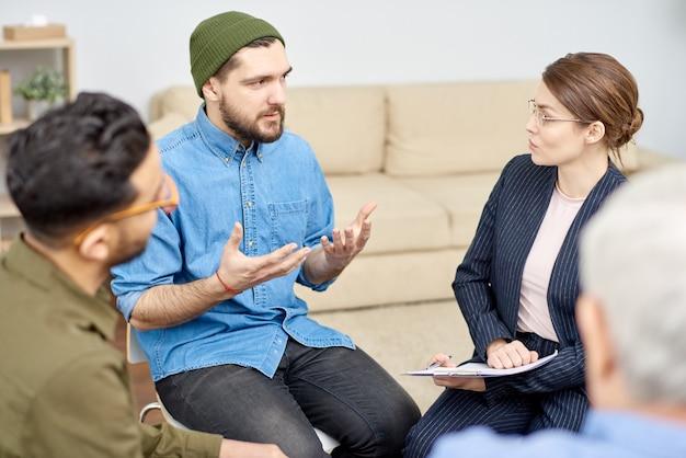 Jeune psychologue à l'écoute du patient