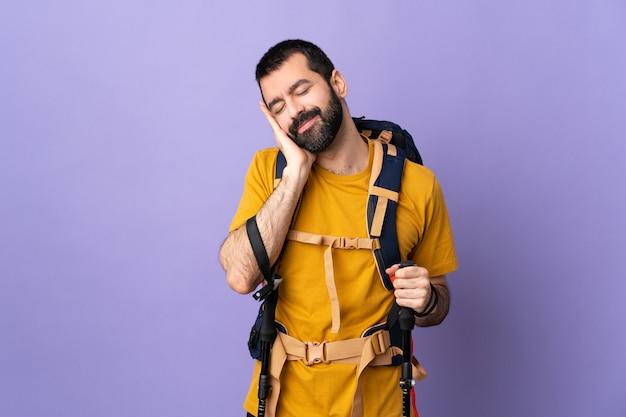 Jeune randonneur homme sur mur isolé