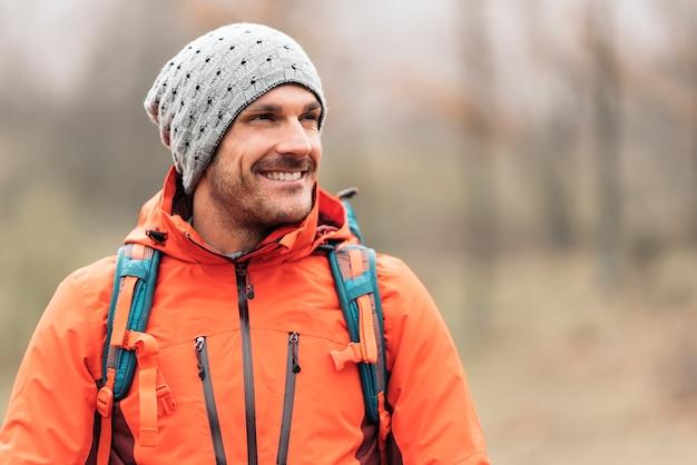 Jeune randonneur profitant de la nature. concept d'alpiniste.
