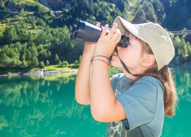 Jeune randonneur regarde le panorama avec le télescope
