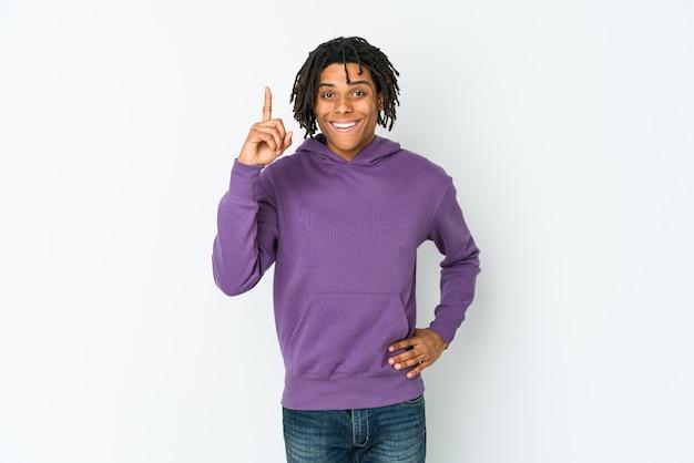 Jeune rastaman afro-américain ayant une idée, un concept d'inspiration.