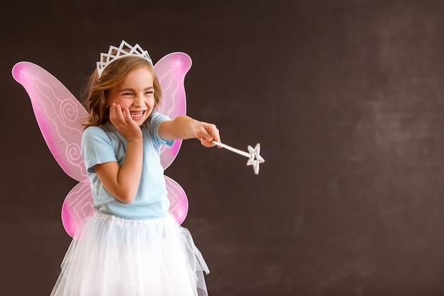 Jeune reine fée aux ailes roses.