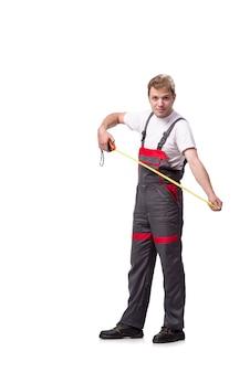 Jeune réparateur avec un ruban à mesurer isolé sur blanc