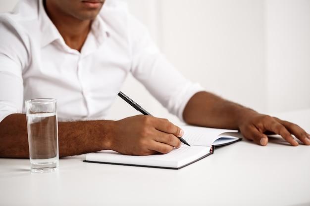 Jeune, réussi, homme affaires, écriture, cahier, séance, lieu de travail