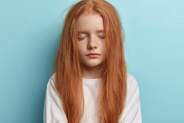 Jeune rousse aux cheveux raides