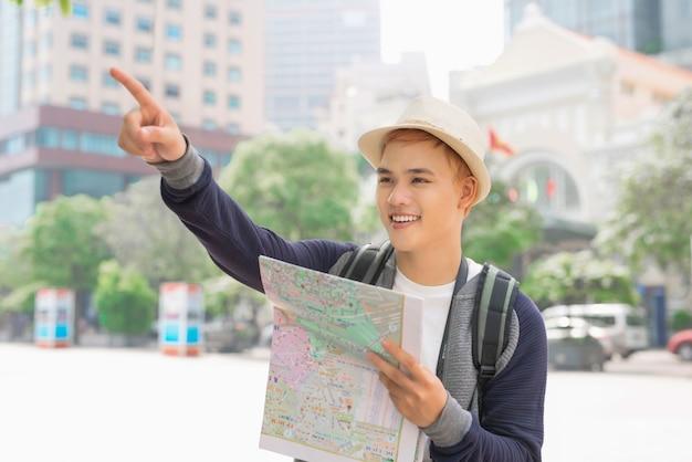 Jeune routard asiatique s'amusant dans la ville