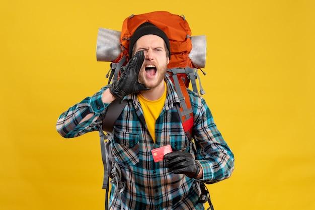 Jeune Routard Avec Un Chapeau Noir Tenant Une Carte De Crédit En Criant Photo gratuit