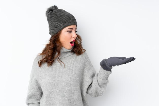 Jeune, russe, femme, hiver, chapeau, isolé, blanc, tenue, copyspace, imaginaire, paume