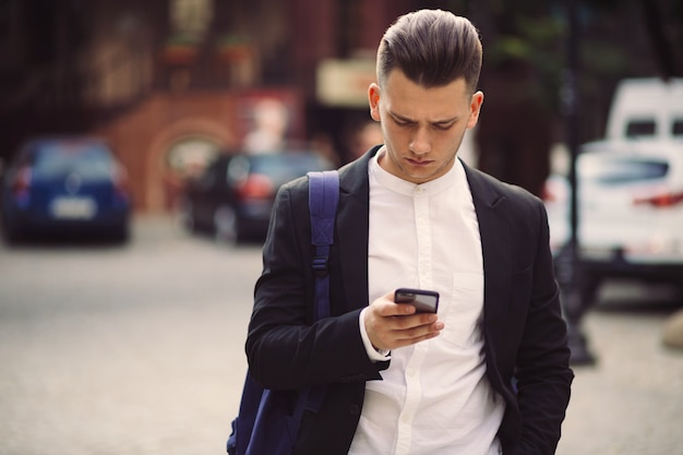 Jeune, sac à dos, tenue, téléphone