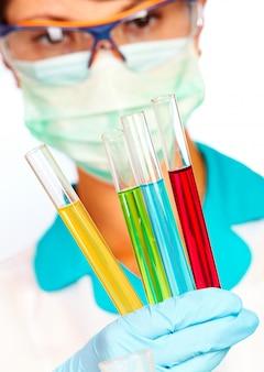 Jeune scientifique en laboratoire avec des tubes à essai