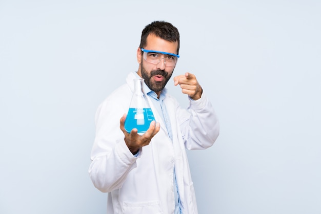 Jeune, scientifique, tenue, laboratoire, flacon, sur, isolé, mur, points, doigt