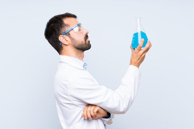 Jeune, scientifique, tenue, laboratoire, flacon, isolé