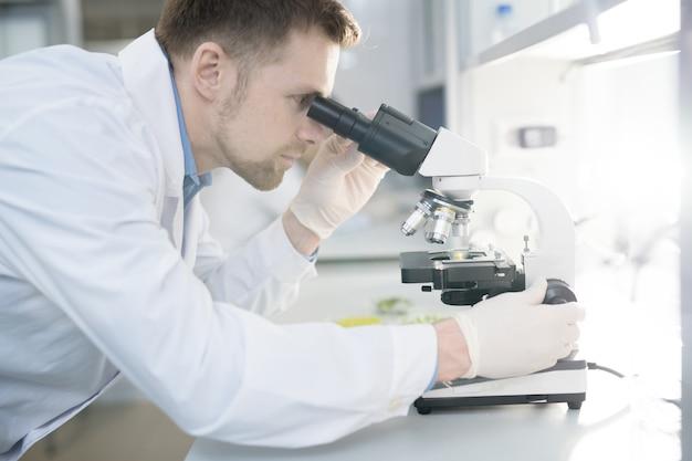 Jeune, scientifique, utilisation, microscope