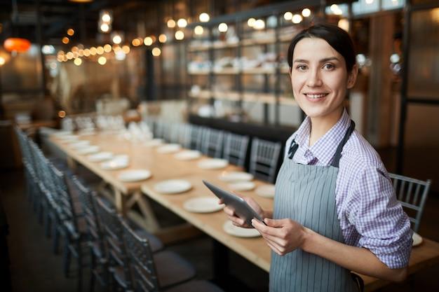 Jeune serveuse travaillant au restaurant