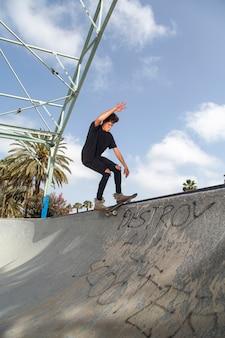 Jeune skateur effectuant des tours dans un parc.