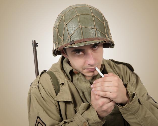 Jeune soldat américain fumant une cigarette, seconde guerre mondiale