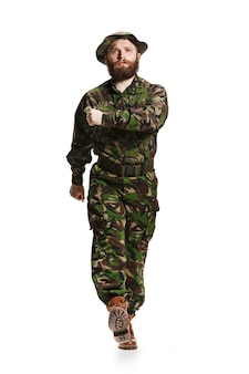 Jeune soldat de l'armée portant l'uniforme de camouflage