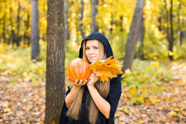 Jeune sorcière dans une forêt. halloween