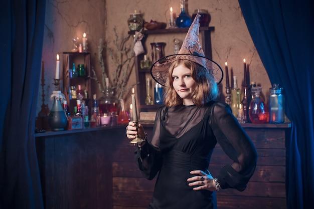 Jeune sorcière à la maison. concept d'halloween