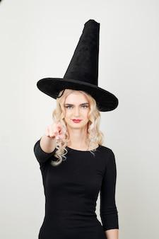 Jeune sorcière pointant vers l'avant