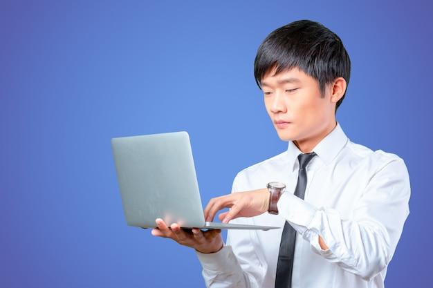 Jeune, sourire, asiatique, homme affaires, tenue, ordinateur portable