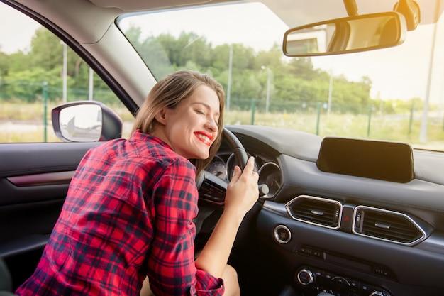 Jeune, sourire, femme, conduite, moderne, voiture