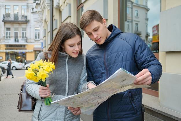 Jeune, sourire, homme femme, lecture, carte