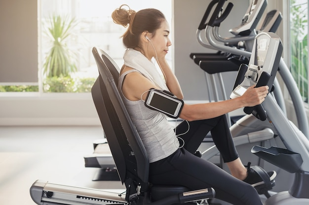 Jeune sport femme en gym, fitness, concept de mode de vie de formation