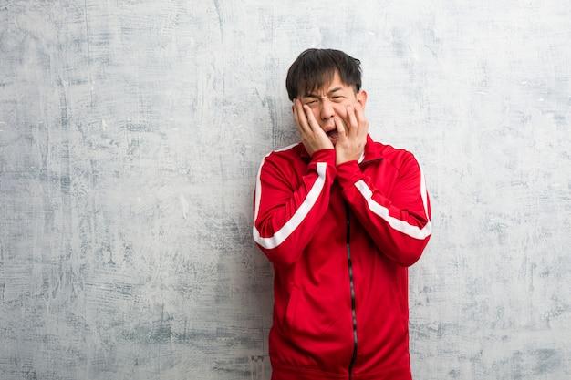 Jeune sportif fitness chinois désespéré et triste