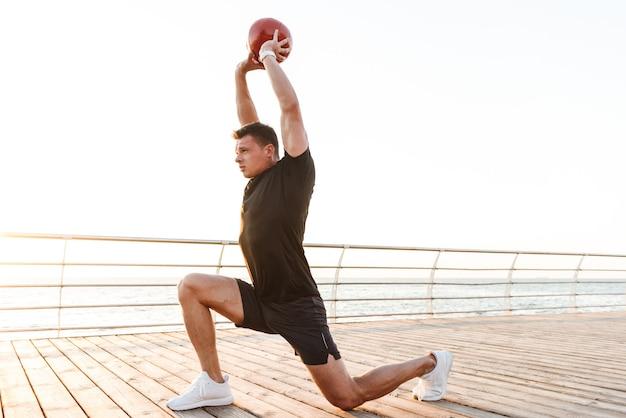 Jeune sportif motivé faisant des exercices