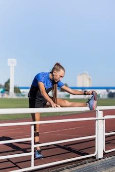 Jeune sportive au stade stretching