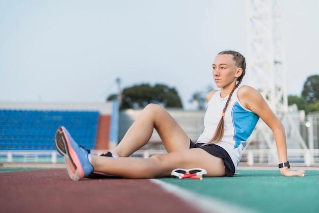 Jeune sportive ayant une pause après l'entraînement