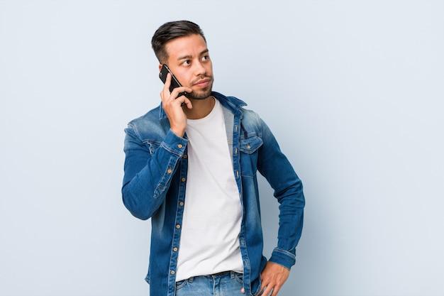 Jeune, sud-asiatique, homme, tenue, téléphone