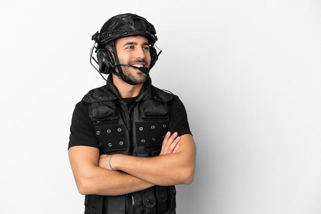 Jeune swat caucasien isolé sur fond blanc heureux et souriant