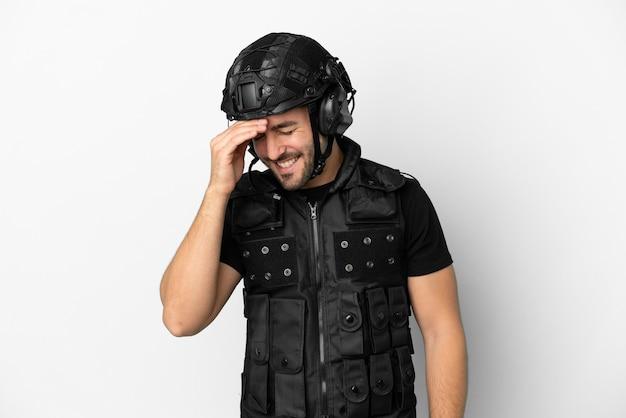 Jeune swat caucasien isolé sur fond blanc en riant