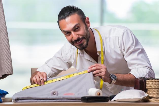 Jeune tailleur travaillant sur un nouveau design de vêtements