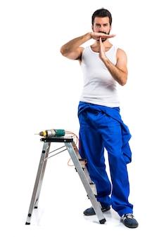 Jeune technicien électrique avec un forage faisant du geste de temps libre