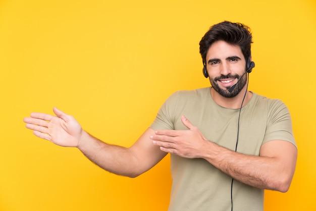 Jeune télévendeur homme sur mur isolé