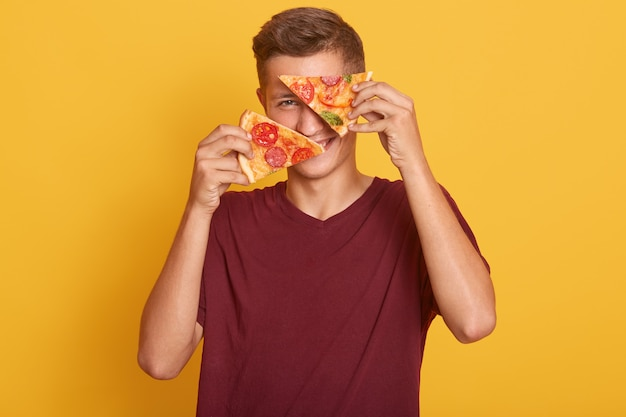Jeune, tenue, deux, morceaux, délicieux, pizza, sien, mains, couverture, sien, yeux, savoureux, produit