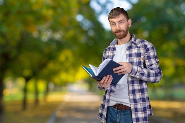 Jeune, tenue, pile, livres