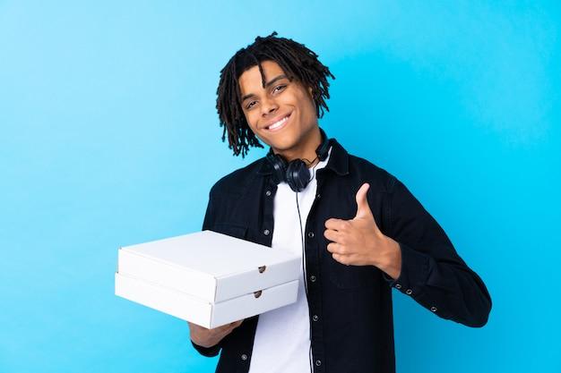 Jeune, tenue, pizza, boîtes, isolé, mur