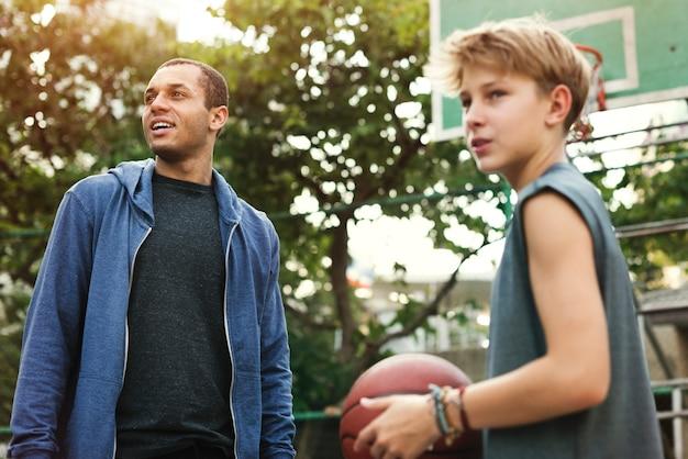 Jeune tireur de basket-ball