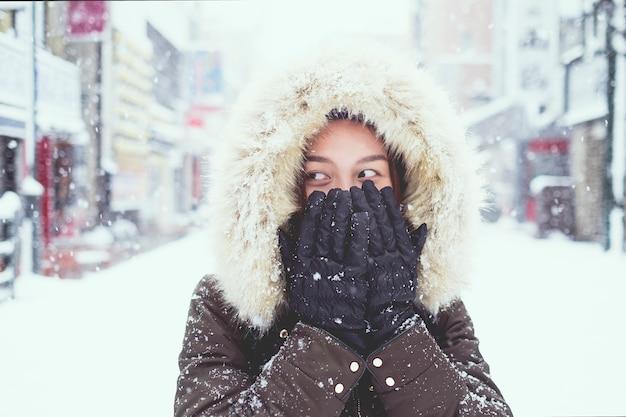 Jeune touriste asiatique en hiver, sapporo - japon.