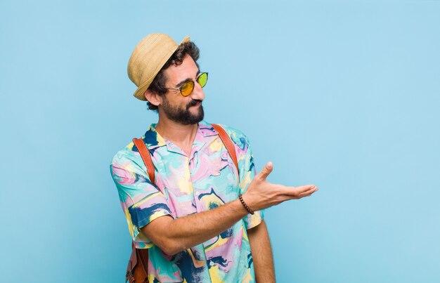 Jeune touriste barbu souriant, vous saluant et vous offrant une poignée de main pour conclure un accord réussi, concept de coopération