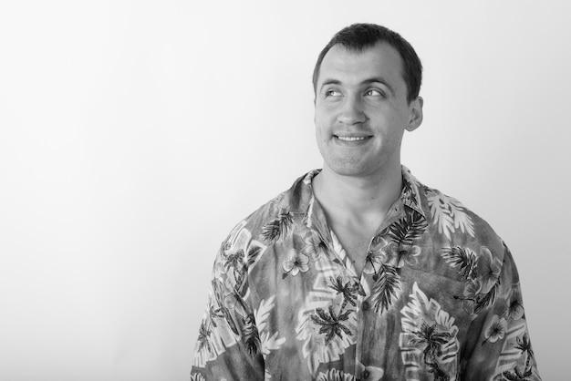 Jeune touriste homme vêtu d'une chemise hawaïenne prêt pour les vacances. photo noir et blanc