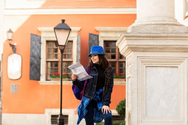 Un jeune touriste marchant dans la vieille cour, près du mur rouge à lviv. ukraine