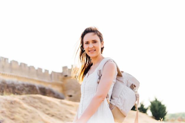 Jeune touriste millénaire voyageant visitant des constructions romaines et romanes