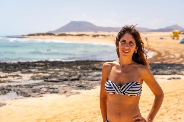 Un jeune touriste sur les plages du parc naturel de corralejo, fuerteventura, îles canaries. espagne