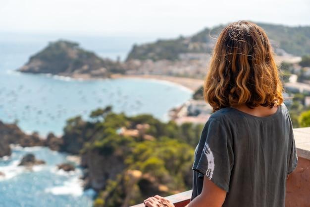 Un jeune touriste regardant tossa de mar du point de vue, gérone sur la costa brava de catalogne en méditerranée